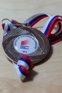 Tako zgleda pa medalja za drugo mesto v kategoriji polmaraton veteranke